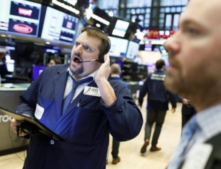 New York, 2020. március 9. Kereskedõk dolgoznak a New York-i Értéktõzsdén 2020. március 9-én. A világ tõzsdéin a koronavírus miatt végig söprõ nagy árfolyamveszteségeket követve jelentõs indexcsökkenéssel indult a kereskedés az amerikai értékpapírpiacokon is. MTI/EPA/Justin Lane